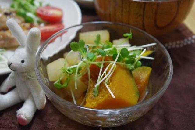 ガラスの小鉢に盛り付けられた、かぼちゃと大根の煮物