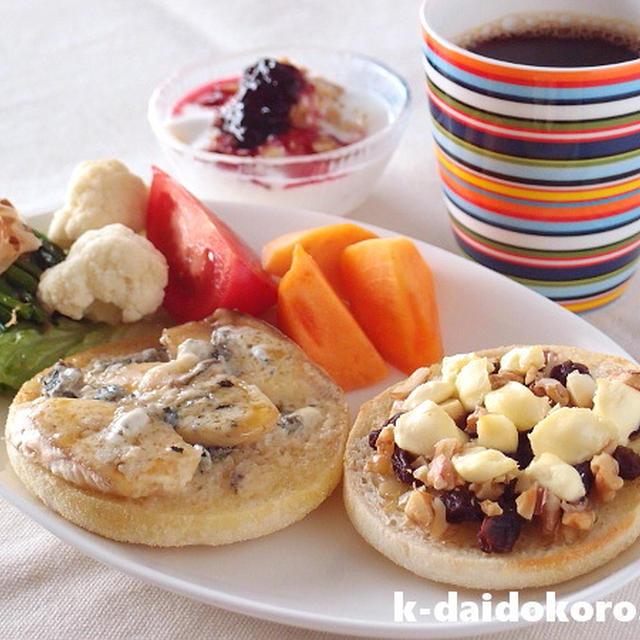 イングリッシュマフィンの美味しい食べ方 バナナと青かびチーズのオープンサンド他