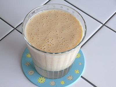 カラ+キウイフルーツ+ヨーグルトのフレッシュジュース