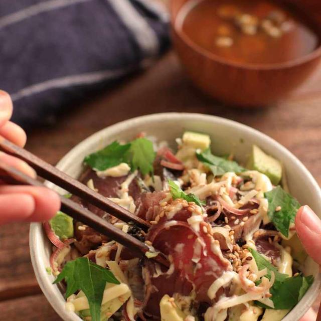 【レシピ】薬味たっぷりかつおとアボカドのさっぱり丼