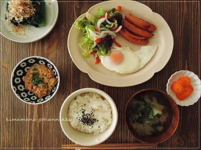 納豆と目玉焼きの朝食。