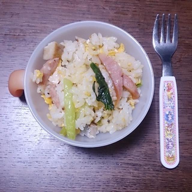 小松菜とソーセージのチャーハン。 #ハウス食品 #昼ご飯