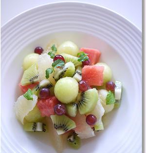 白いお皿にカラフル フルーツサラダ