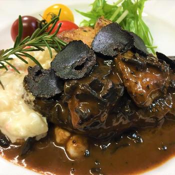 おうちで牛フィレ肉のロッシーニ風 シャトーブリアン、フォアグラ、トリュフの処理、ソースペリグー