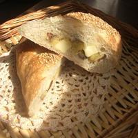 チーズとお芋で胡麻付きフランス