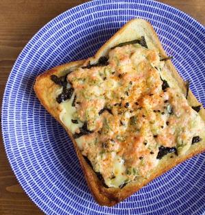 鮭フレークとネギのマヨ海苔チーズトースト(お気に入りの朝ごはん)*クラスのお友達からの贈り物