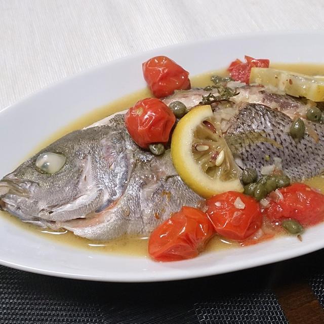 魚が一匹盛られたワイン蒸し