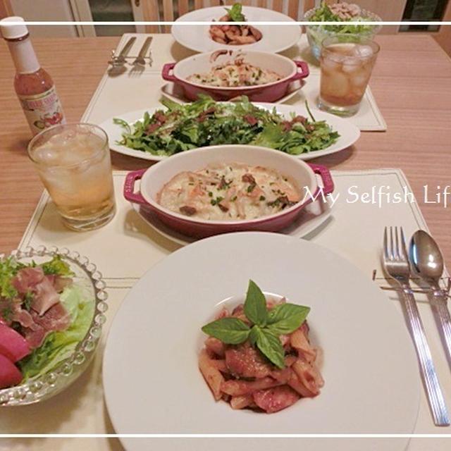 鮭とキノコのグラタンとトマトソースペンネと春菊サラダのおうちごはん。