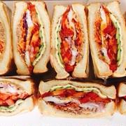 褒められサンドイッチとフムス、ハチミツ・デーツ・煮豚ごはん