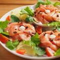 サーモンの海鮮サラダ 、 サーモン刺身を花のように盛り付ける