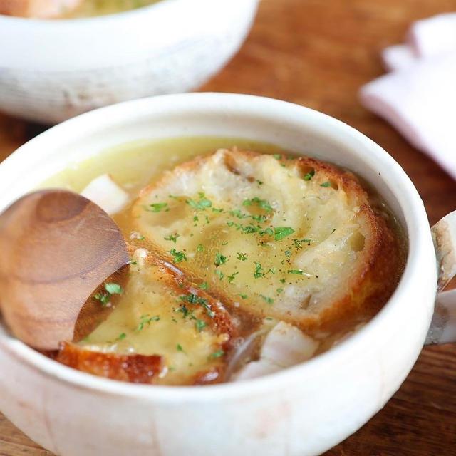 寒い日はスープであったまろ。チーズトーストのせてオニオングラタンスープ風♪