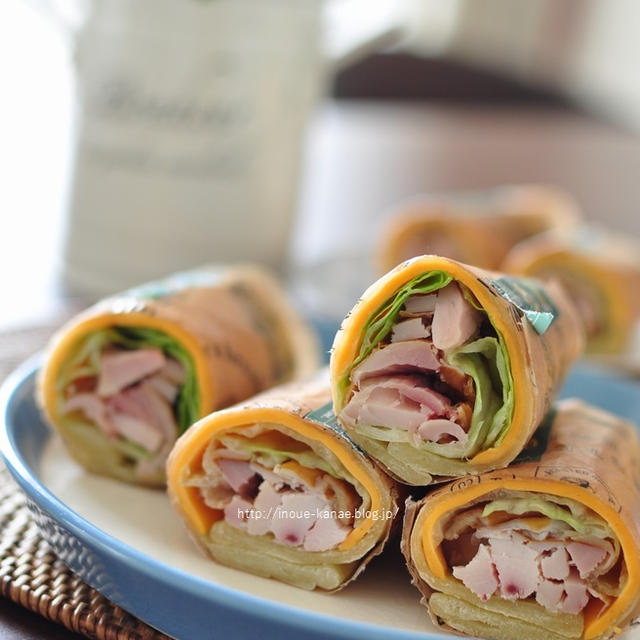 おうちカフェごっこ【ハーブ鶏と彩り野菜のラップサンド】とおばあワンの可愛いポーズ