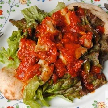 【鶏もも肉×手のばしナン】トマト&バジルソースで味わう!チキンサラダ on the手のばしナン