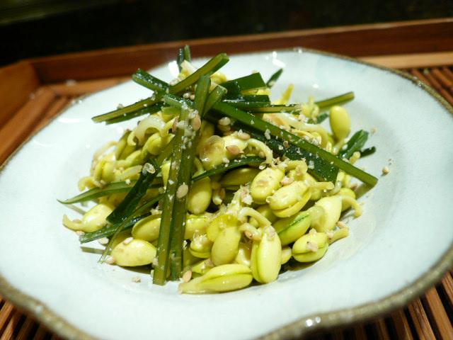 白の皿に盛られた豆もやしと昆布の炒め物