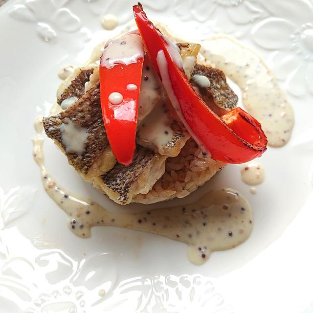 ガーリックライスに鯛とコキア色パプリカのせ梅マスタードソースがけ