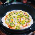 餃子の皮で簡単クリスピーピザ作り!貴重な夫婦の料理時間でした!