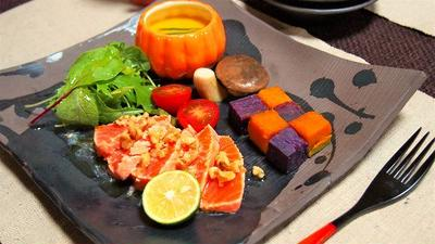大人のハロウィンワンプレート♪ オレンジ色がキレイなサーモンの焼き霜造り かぼちゃと紫芋のキューブチェック