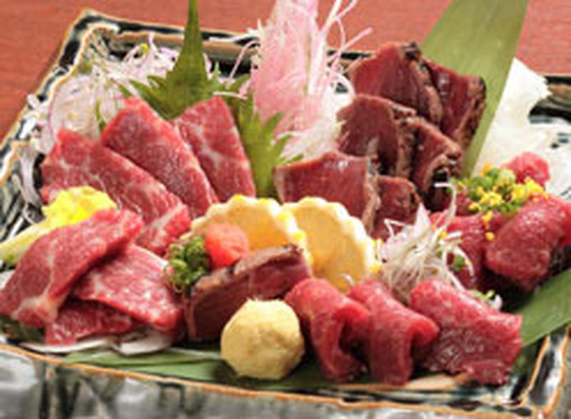 """本場熊本でしか味わえない、サシが入って甘味のある""""霜降り""""に、あっさりヘルシーな""""赤身""""、タレに漬け..."""