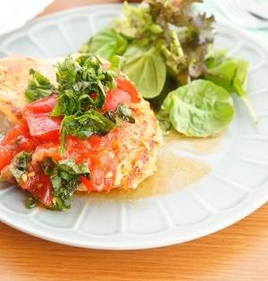 鶏むね肉のチキンステーキ~ごま油香るトマトと大葉のさっぱりソースを添えて~