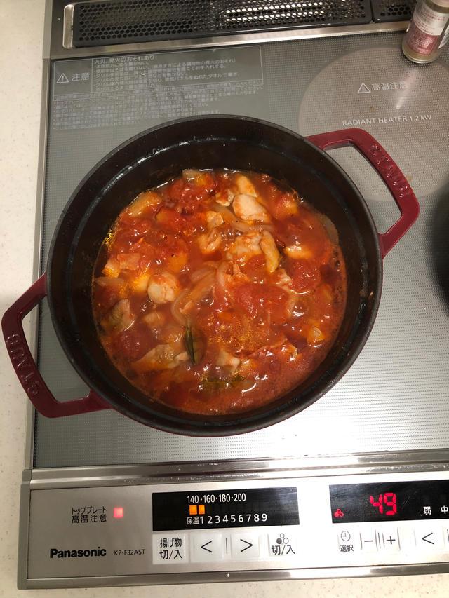 ストウブの中のチキントマト煮込み