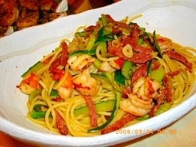 プリプリ海老とサラミと胡瓜のペペロンチーニ