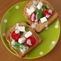 トマトとチーズの彩りオープンサンド☆ハウス「まぜてマジック」