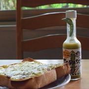 新アト辛おとな味は、尾鷲の刺身唐辛子「虎の尾」×タバスコの「TRASCO」。ピザトーストにかけて楽しむ。