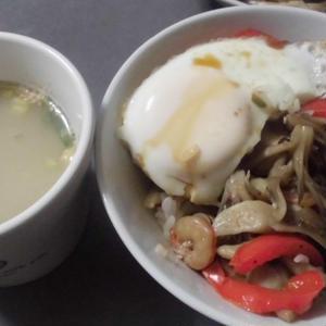 シーフード野菜炒め<ガパオ味>丼