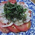トマトと酢漬け玉ねぎのポンごま油サラダ