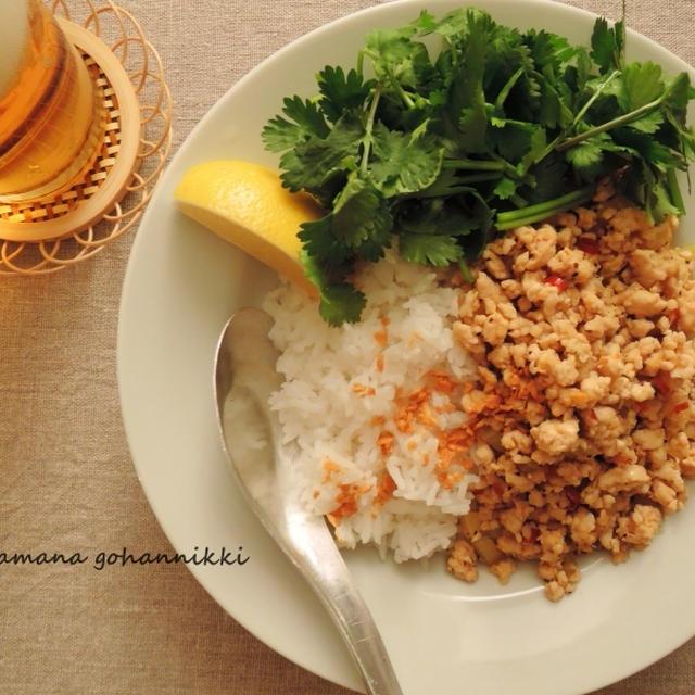 鶏挽肉とセロリの炒めのっけごはん。