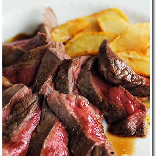 牛もも肉のタリアータとフライドポテト