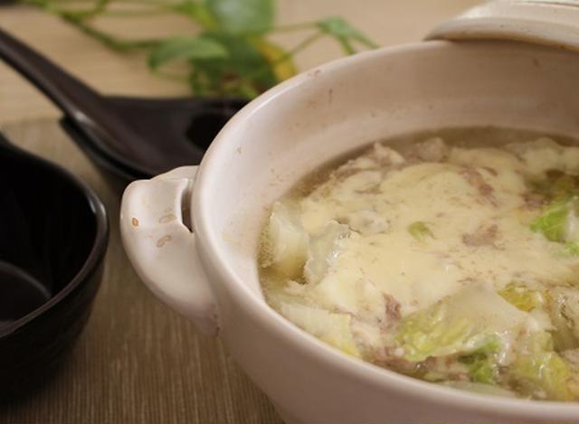 白い土鍋に入った白菜と豚肉のお鍋