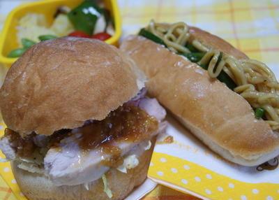 蒸し鶏味噌バーガーと焼きそばパン弁