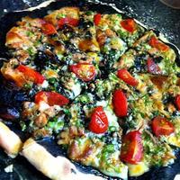 ツナとオクラのイカ墨ソースピザは温泉水99で美味しいよ!