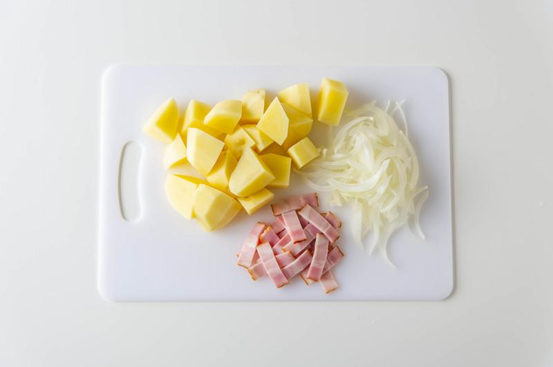 作り方<br><br>1、じゃがいもは角切りに、玉ねぎは薄切りに、ハーフベーコンは食べやすい大きさに...