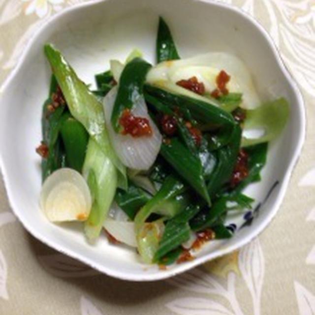 「エバラ焼肉のたれ こだわり食感」で葉玉ねぎのピリ辛和え作ってみました。