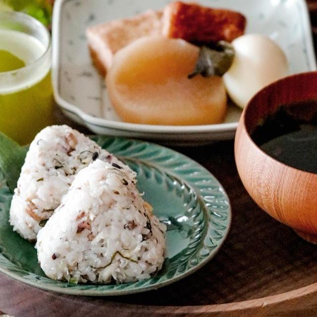 レンチン鯖フレークで背伸びしない朝ごはん*ごま油香る鯖と大葉のおにぎりとおでんde和食朝ごはん