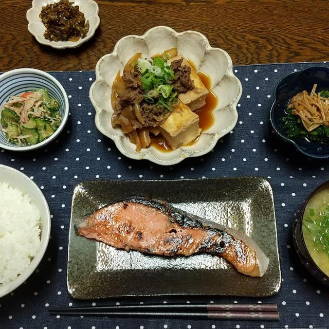 【晩ごはん】しょっぱい鮭の塩糀漬け、肉豆腐。キュウリの佃煮と栄養満点お昼ごはん。