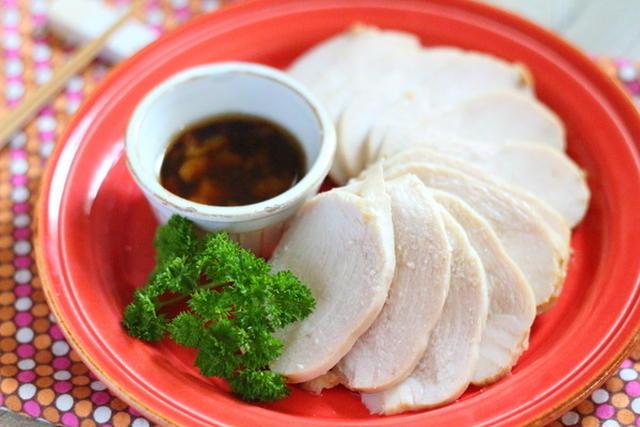 赤い皿にパセリとソースが添えられた鳥ハム