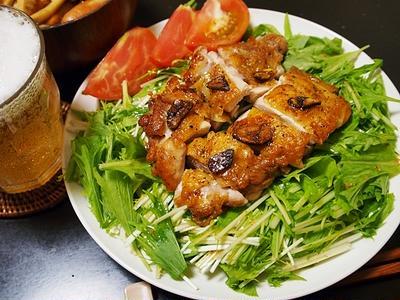 【水菜と鶏ソテーのサラダ】皮はパリパリ、中はジューシーの鶏もも肉は、シャキシャキ水菜と死ぬほど合う。