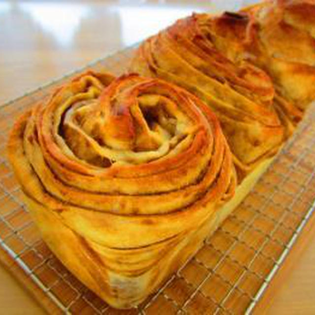 カフェオレの折り込みパン♪お花編みパンでローストポークサンド♪