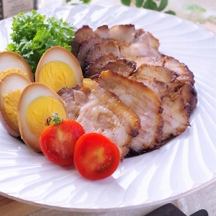 白いプレートに盛り付けた圧力鍋の塩麹豚肉チャーシュー