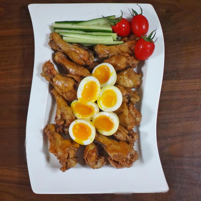 とろ~り半熟卵とほろほろ鶏手羽元のコーラ煮込み