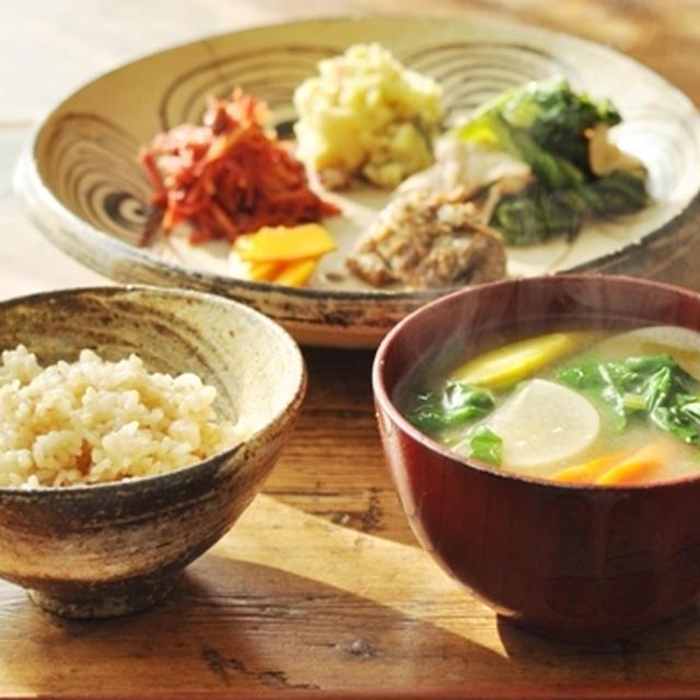 一汁+おかず 秋刀魚のピリ辛煮のごまよごし、かつお菜と豚肉の炒め物、紫人参のラペ、さつま芋と林檎のきんとん、コリンキーの糠漬け