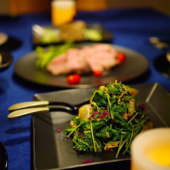 ◆男子たちと大皿料理の晩ごはん