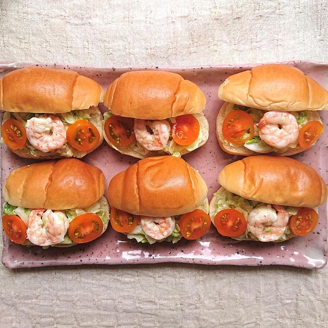 キャベツとえびとトマトのマヨこしょう味バターロールパン(腸活)