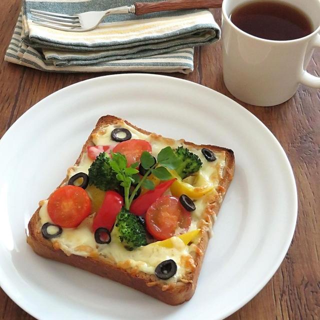 彩り野菜のアンチョビチーズトースト