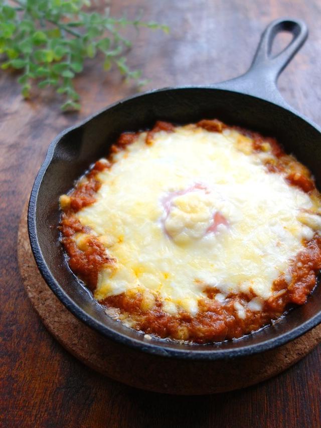 スキレットに盛られたチーズとろける焼きカレー