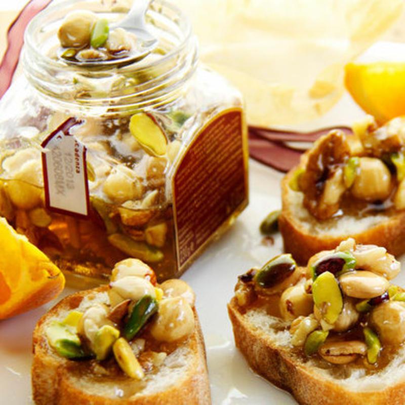 ナッツだけでなく、オレンジも一緒にハチミツ漬けに。程よい果実の甘さと酸味がマッチ。パンやバケットにト...