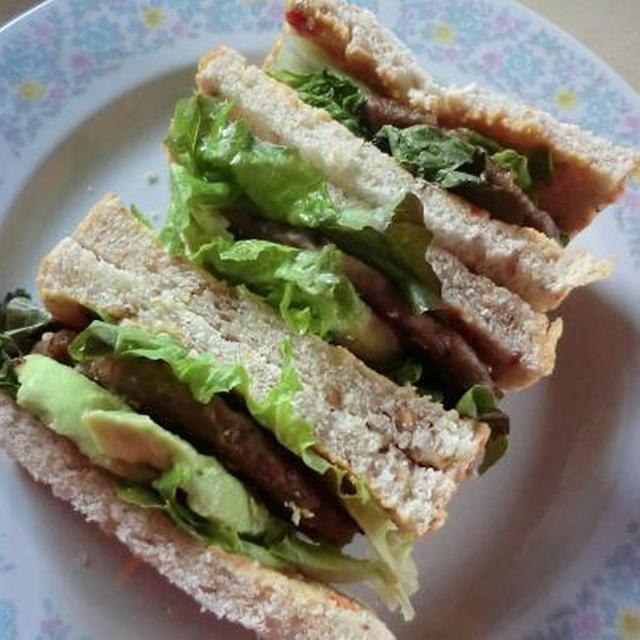 ライ麦パンとハンバーグのサンドイッチ アボガド入り